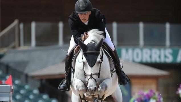 Il franchit un obstacle avec son cheval