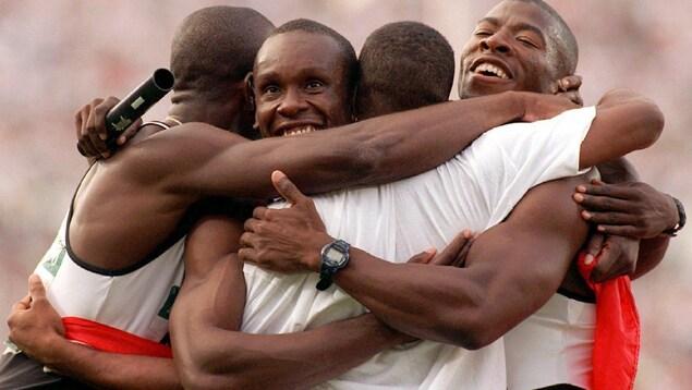 Donovan Bailey, Bruny Surin, Robert Esmie et Glenroy Gilbert célèbrent leur victoire au 4 x 100 m des Jeux olympiques d'Atlanta le 3 août 1996.