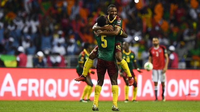 Michael Ngadeu-Ngadjui et Sebastien Siani célèbrent la victoire du Cameroun en finale de la Coupe d'Afrique des nations.