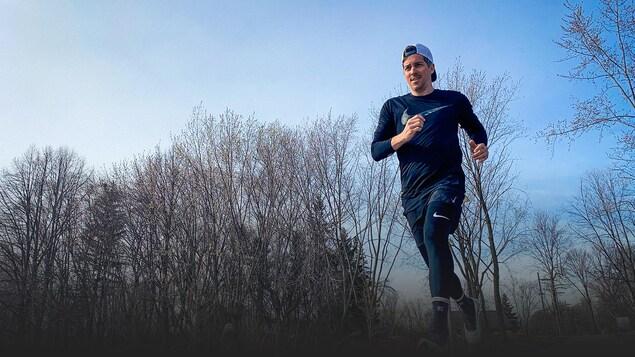 Photo d'un coureur dans une forêt.