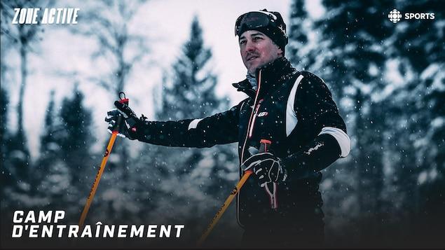 Photo d'un skieur de fond debout dans la forêt.