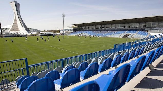 Le stade Saputo vu de l'intérieur avec, au loin, le mât du Stade olympique de Montréal
