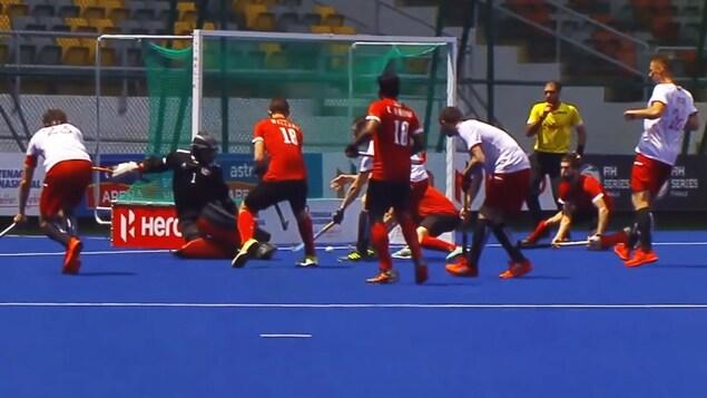 Le Canada marque le premier but dans son match face au Belarus dans le cadre des finales des séries de la FIH.