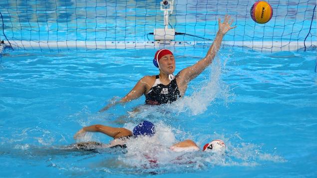 La Canadienne Emma Wright marque un but dans le match contre la Corée du Sud lors des Championnats du monde de la FINA.