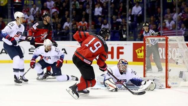 Le capitaine canadien Kyle Turris marque aux dépens du gardien Cory Schneider en première période