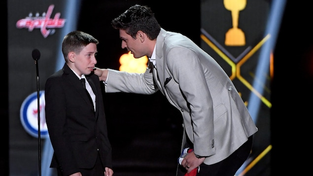 Carey Price surprend le jeune partisan Anderson Whitehead pendant la cérémonie de remise des trophées de la LNH.