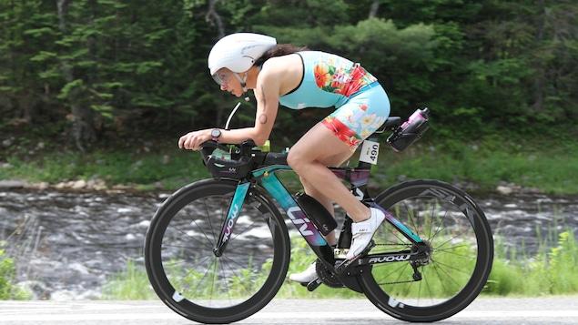 Caroline Longchamp roule en vélo lors du IRONMAN 70.3 Mont-Tremblant de 2019