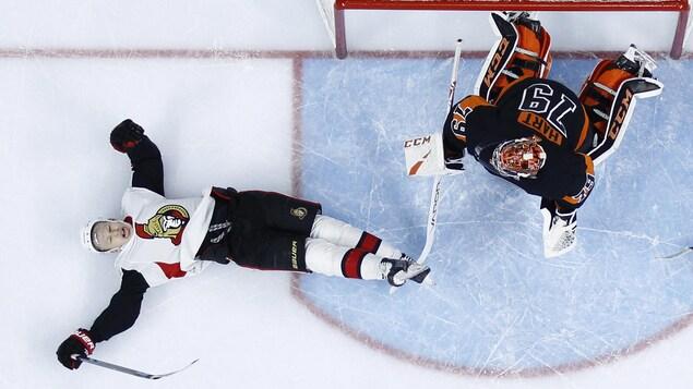 Un joueur de hockey est sur le dos.