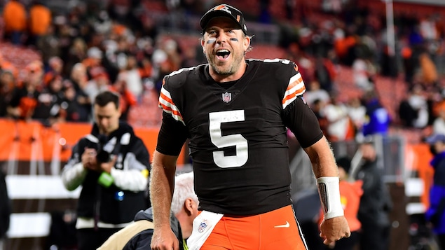 Case Keenum sourit après une victoire des Browns à Cleveland.