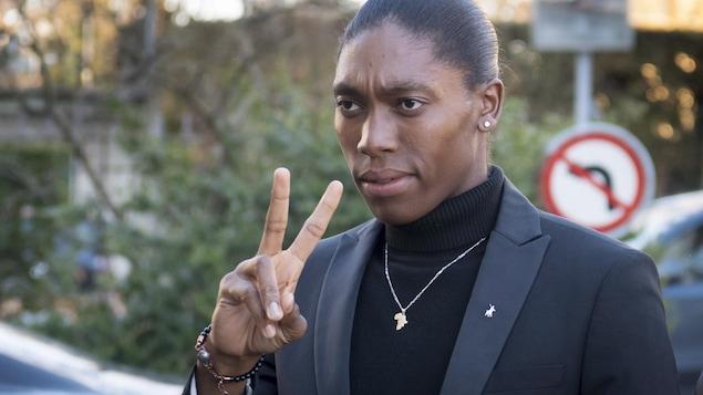 Elle fait le V de la victoire avec sa main droite à son arrivée au Tribunal arbitral du sport le 18 février.