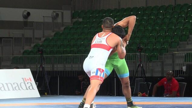 Deux lutteurs combattent lors d'un tournoi.