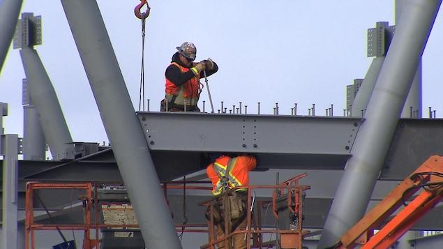 Les ouvriers au travail sur le chantier du circuit Gilles-Villeneuve