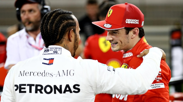 Lewis Hamilton pose sa main sur l'épaule de Charles Leclerc, après les qualifications du Grand Prix du Bahreïn.