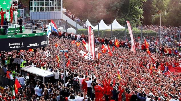 Il soulève le trophée du vainqueur sur le podium à Monza.