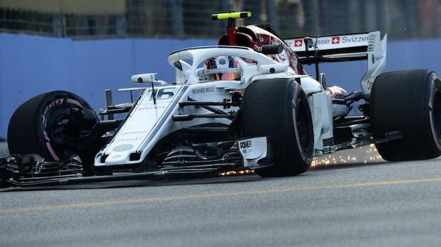 Le pilote de l'équipe Sauber Charles Leclerc tente de ramener sa voiture aux puits dans les rues de Singapour après un contact avec le mur.
