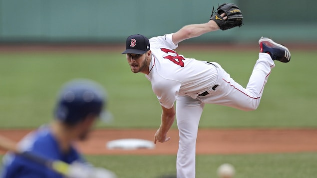 Le lanceur des Red Sox Chris Sale s'élance contre un frappeur des Blue Jays.