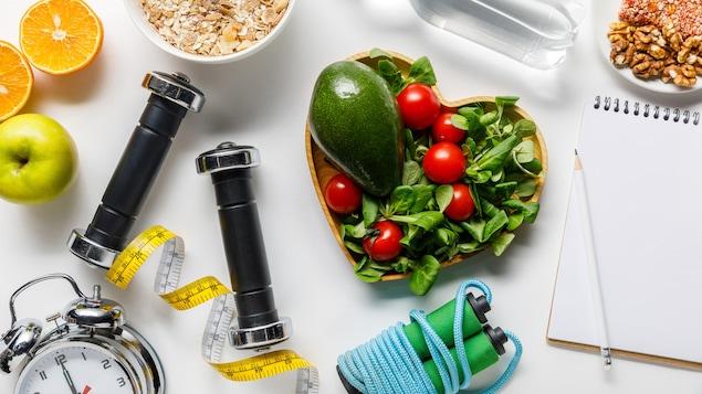 Des aliments, de l'équipement d'entraînement, du papier, un crayon et une horloge