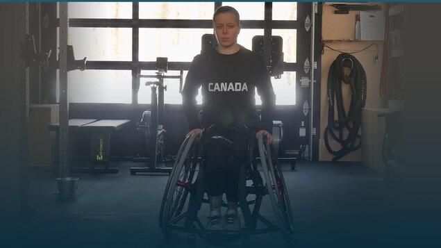 Cindy Ouellet regarde la caméra, assise dans son fauteuil roulant.