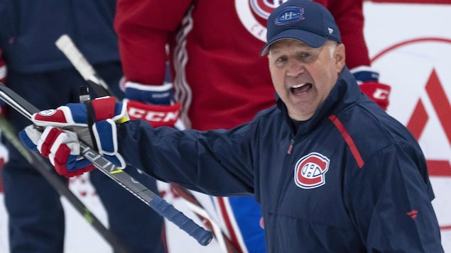 Claude Julien donne des instructions lors du camp d'entraînement des Canadiens à Brossarden septembre 2018