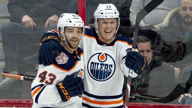 Deux joueurs se félicitent.