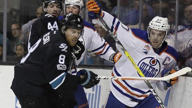 Joe Pavelski (8) et Marc-Édouard Vlasic (44) des Sharks surveillent Patrick Maroon et Connor McDavid des Oilers
