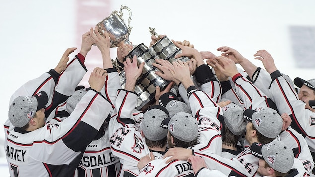 Les joueurs des Huskies soulèvent la Coupe Memorial.