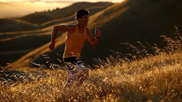 L'ultramarathonien Dean Karnazes s'entraîne en Californie pendant la pandémie de la COVID-19.