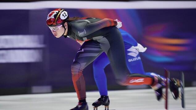 Une patineuse de vitesse en pleine action.