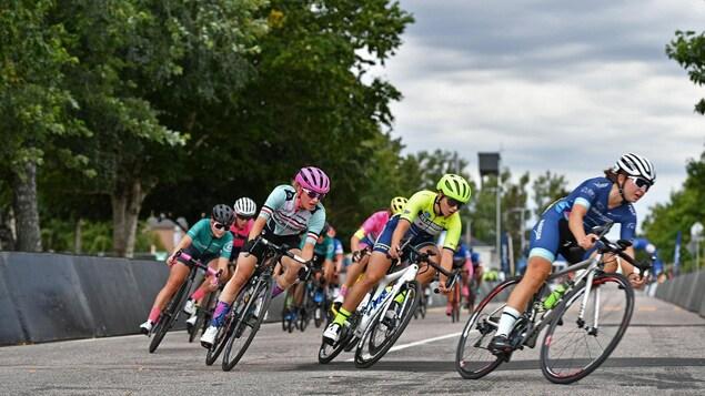La cycliste Britanie Cauchon dans le peloton de tête lors d'une course sur route