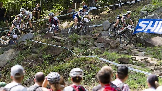La foule observe les concurrents de la Coupe du monde féminine de vélo de montagne au Mont-Sainte-Anne, en 2014.