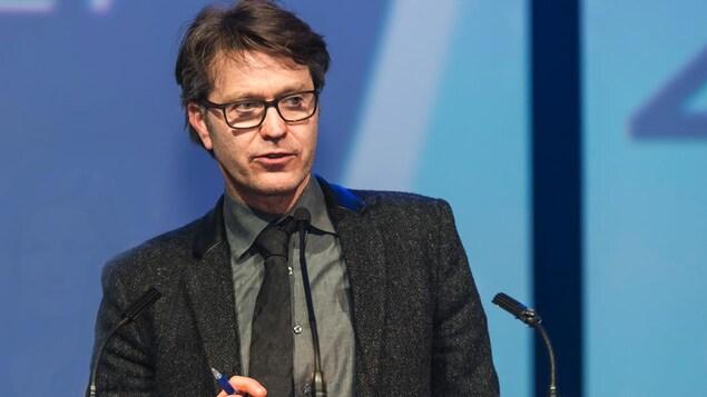 Daniel Lavallée, directeur général de Ski Québec alpin pendant un discours
