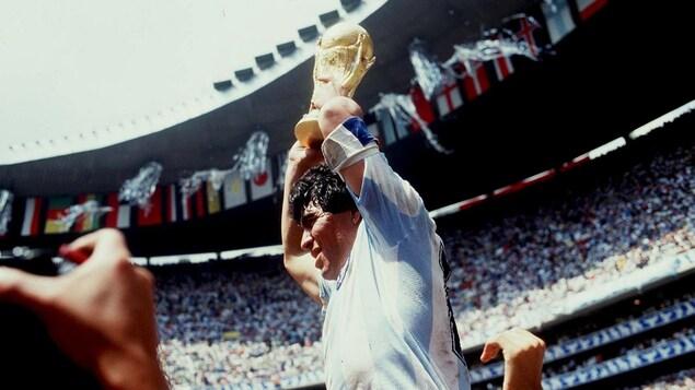 Un joueur porté par ses coéquipiers soulève un trophée