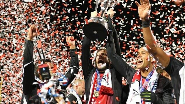 Les porte-couleurs des Deltas de San Francisco célèbrent leur victoire en finale des éliminatoires de la NASL.