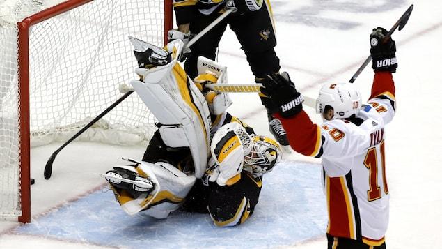 Derek Ryan (à droite) célèbre un but marqué contre les Penguins.
