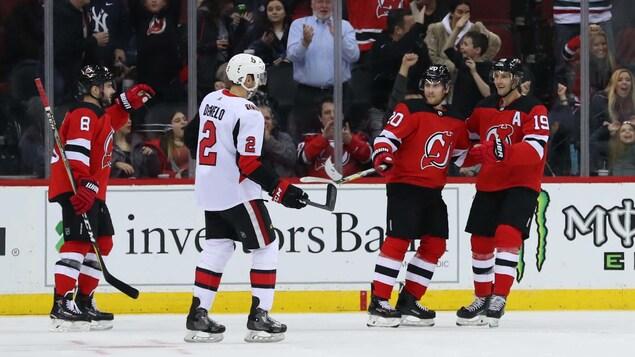Les joueurs des Devils célèbrent un but face aux Sénateurs.