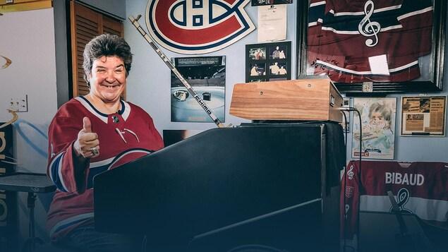 Diane Bibaud fait un pouce en l'air, postée derrière son orgue.