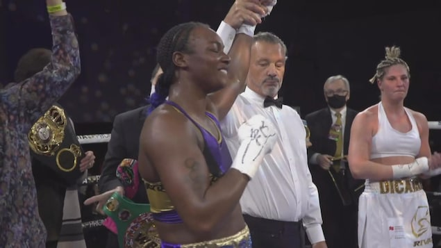 L'arbitre lève le bras de la boxeuse américaine, alors que Dicaire applaudit.
