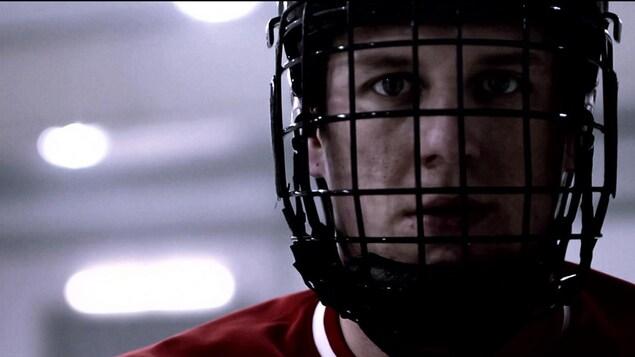 Portrait de Dominic Larocque avec son casque (parahockey sur glace)
