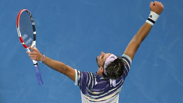 Il a les bras levés après avoir battu Rafael Nadal à Melbourne.