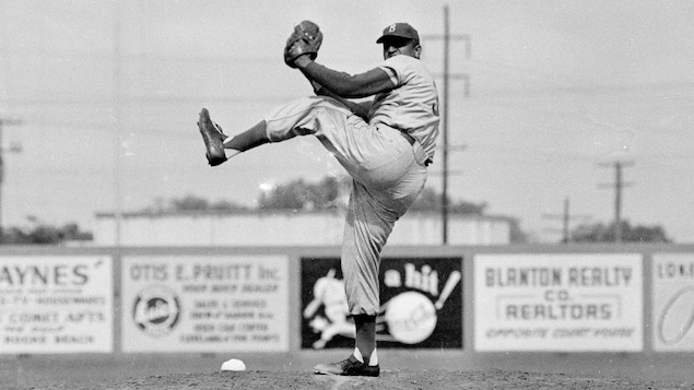 Don Newcombe dans l'uniforme des Dodgers de Brooklyn