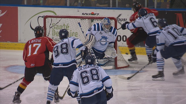 Des joueurs de hockey sur la glace