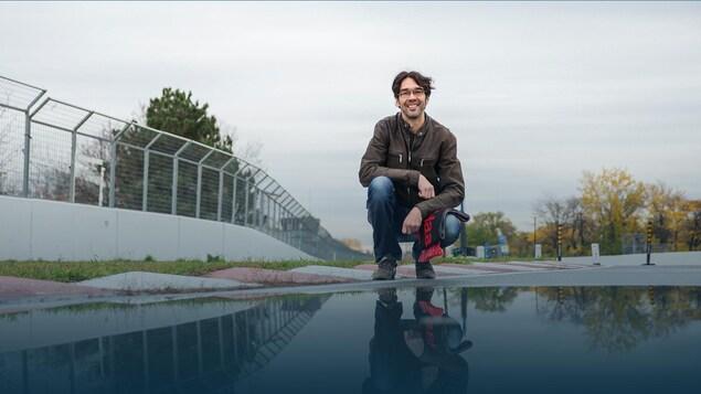 Le sujet est accroupi devant une flaque d'eau sur le circuit Gilles-Villeneuve à Montréal.
