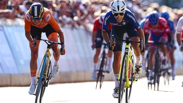 L'Italienne Elisa Balsamo (à droite) et la Néerlandaise Marianne Vos (à gauche) donnent un dernier effort lors du sprint final de la course sur route des Mondiaux de cyclisme.