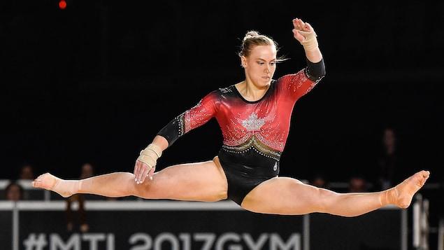 Elle écarte les jambes pendant une manoeuvre dans les airs.