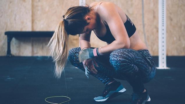 Une athlète est exténuée après un entraînement.