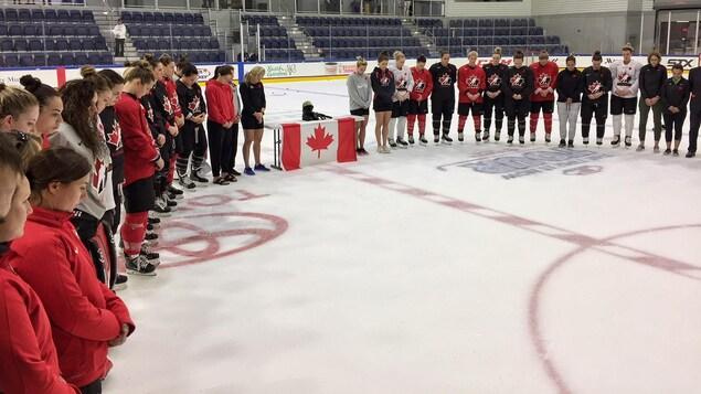 L'équipe nationale canadienne observe une minute de silence pour le jour du Souvenir.