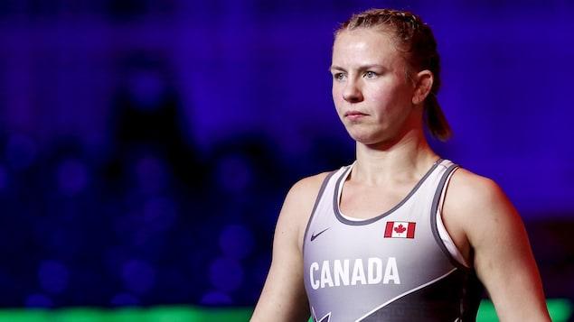 Erica Wiebe regarde son adversaire.