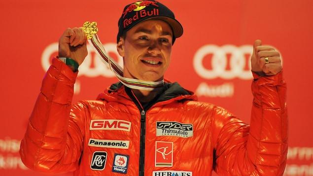 Erik Guay exhibe sa médaille d'or de la descente des Championnats du monde de 2011.