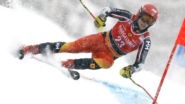 Erik Read dévale la piste de slalom géant à Santa Caterina en Italie.