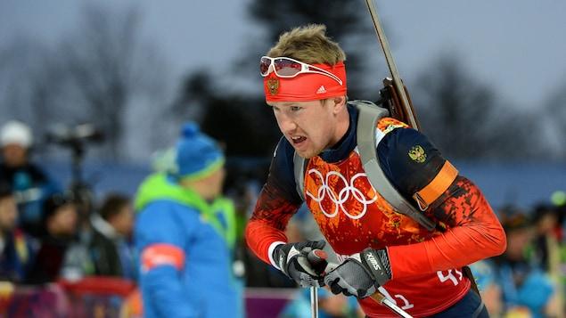 Un biathlonien fait du ski.